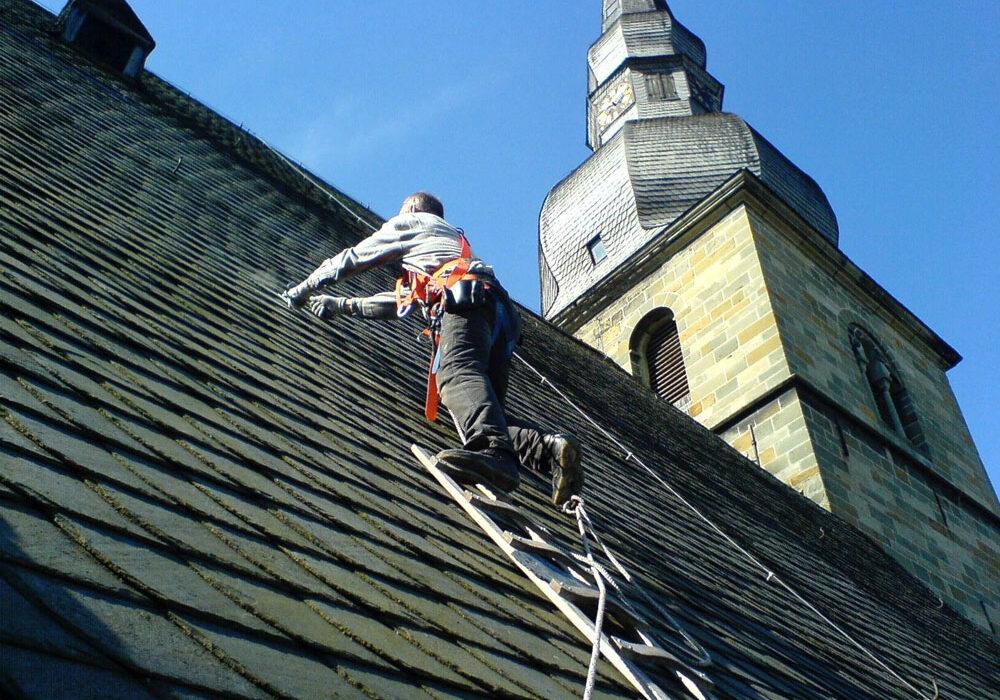 Beseitigung von Sturmschäden und Reparaturarbeiten am Dach